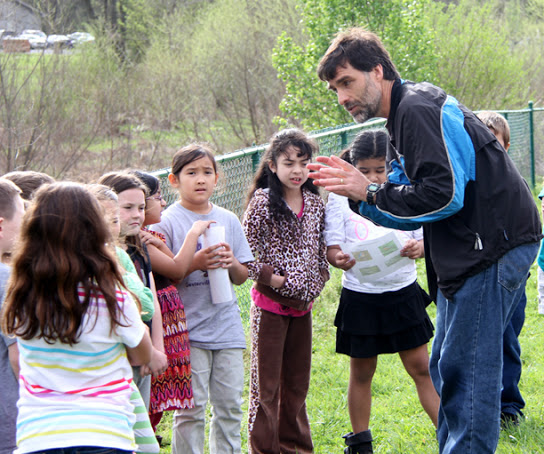 NIMBioS Deputy Director Chris Welsh tells Sevierville Primary second graders about his passion for birds at a Discover Birds school visit in April.  Photo Credit: discoverbirds.blogspot.com